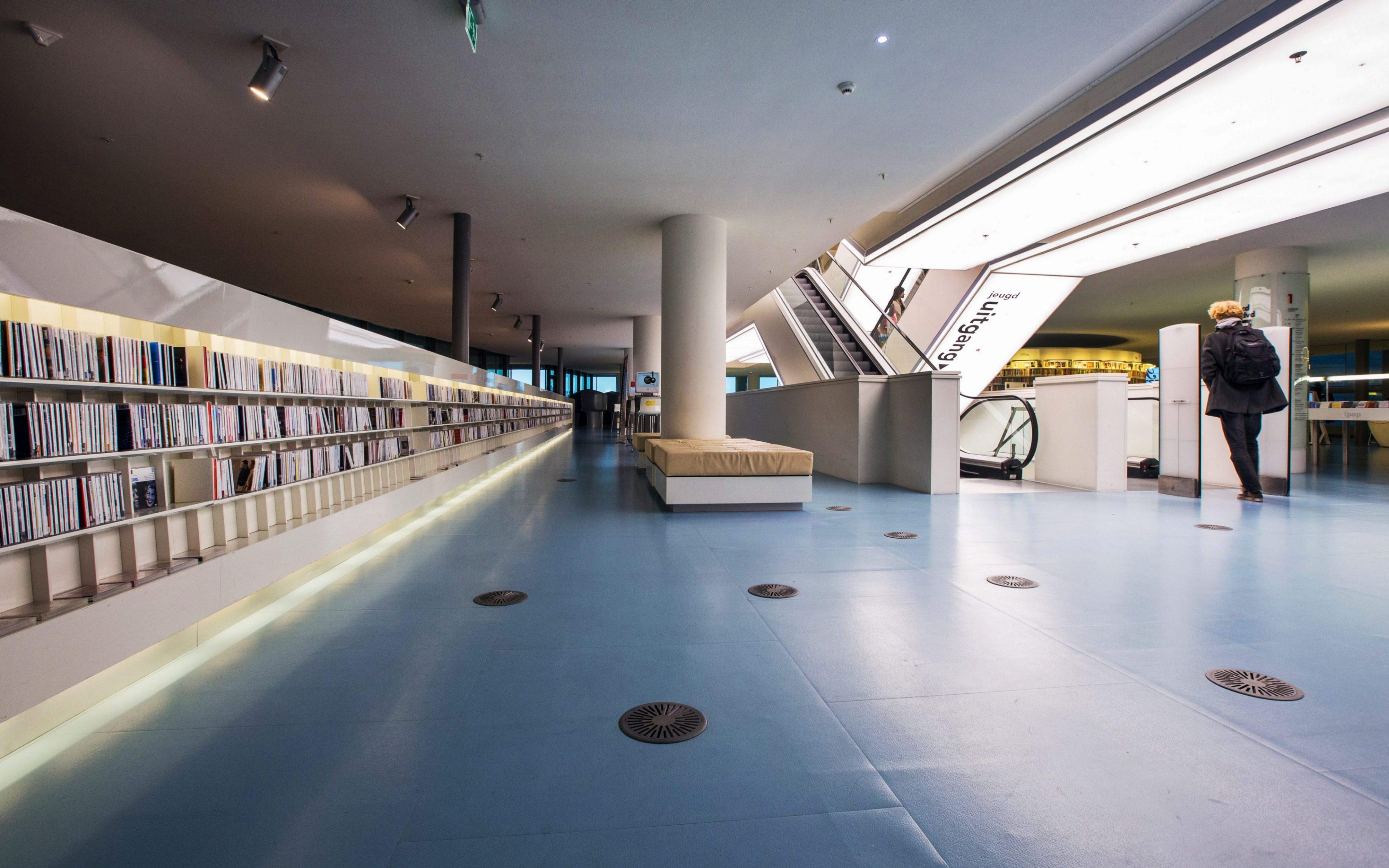 """De """"OBA', de bibliotheek aan het Oosterdokseiland Amsterdam"""